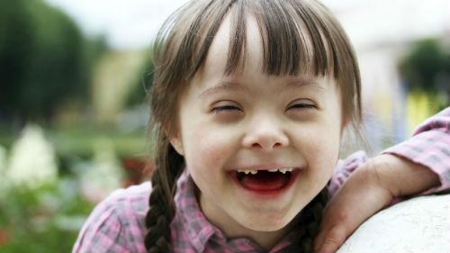 улыбается ребенок