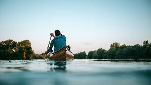 плыть на лодке по течению