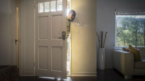открывать дверь в дом