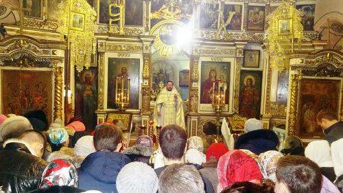 видеть церковь внутри и слушать молитву