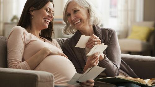 видеть свою дочь беременной