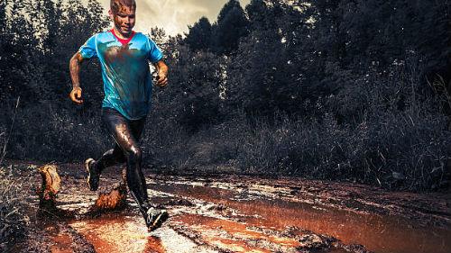 бег по грязи в лесу