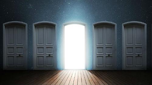 видеть много дверей