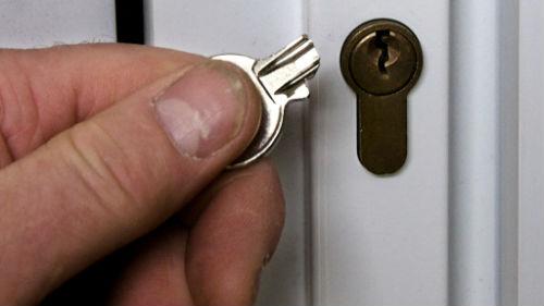 сломать ключ в дверном замке