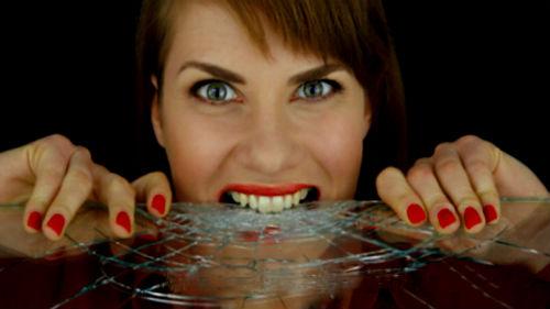 грызть стекло