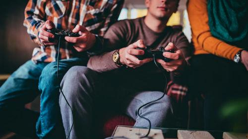 видеть играющих парней