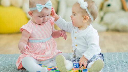 видеть двойняшек девочек