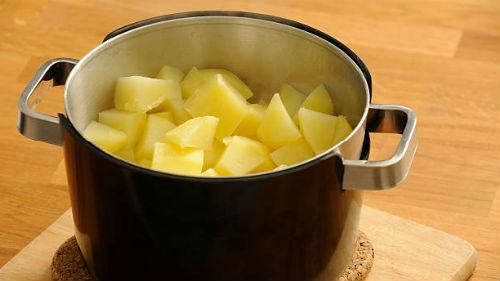 варить картофель