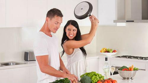 поколотить любимого сковородкой