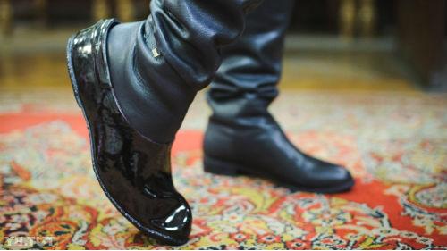 примерять обувку