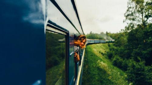выглядывать в окно вагона