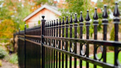 видеть забор вокруг дома