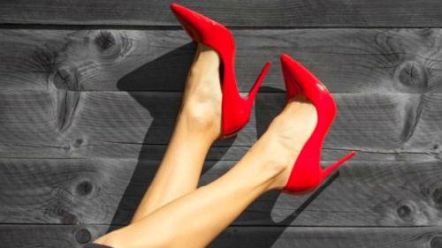 примерять обувь на шпильке