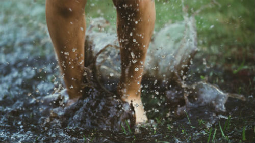 видеть себя идущей по грязи
