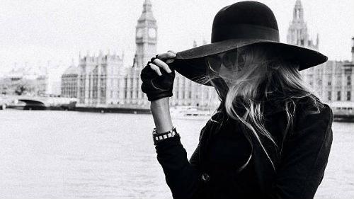 видеть женщину в черной шляпе