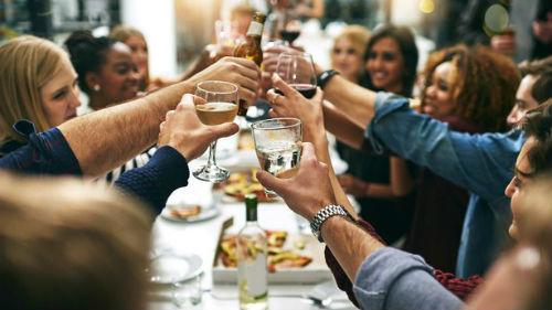 пить вино с компанией