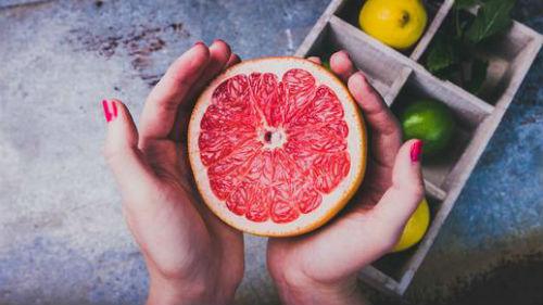 видеть в руках фрукт