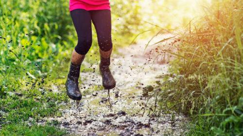 испачканные ноги в обуви