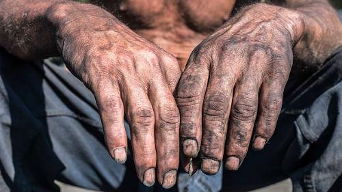 испачканные руки в копоти