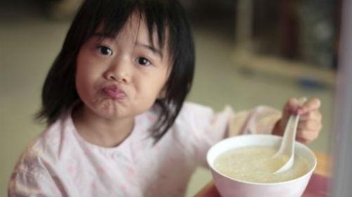 есть рисовую кашу