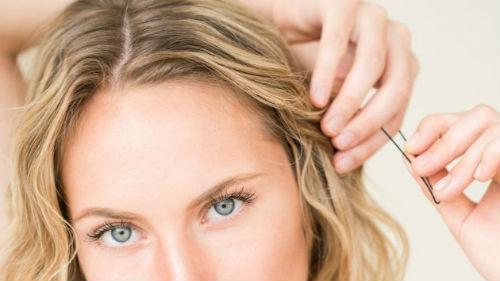 закалывать волосы
