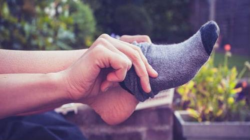 одевать носки во сне