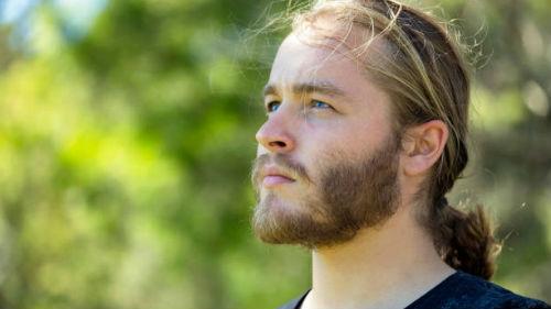 Видеть длинноволосого мужчину